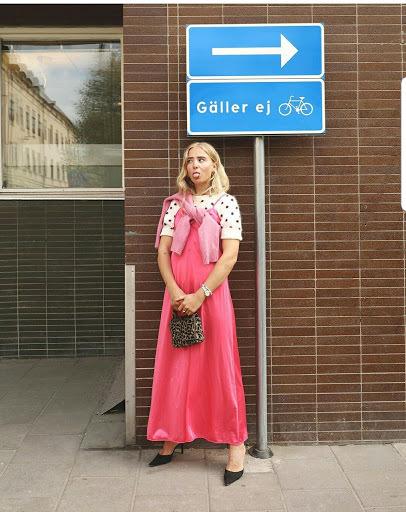 Fanny Ekstrand pose'ar i rosa klänning