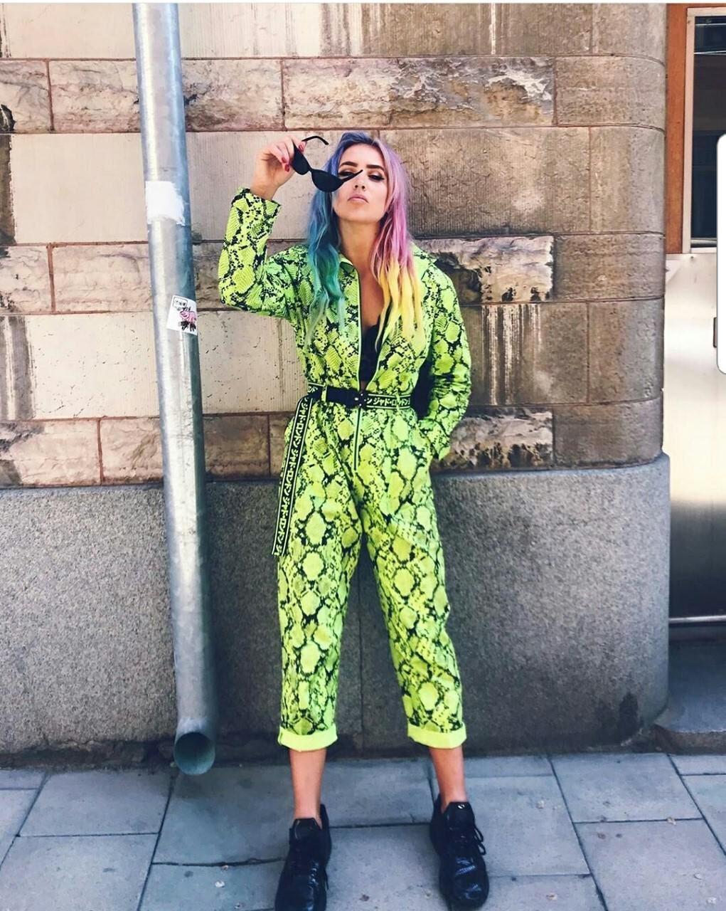 Linnea Claesson har på sig grön byxdress