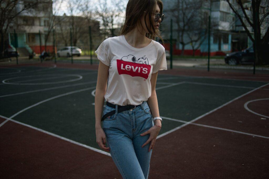 Tjej med vit Levis T-shirt instoppad i jeans
