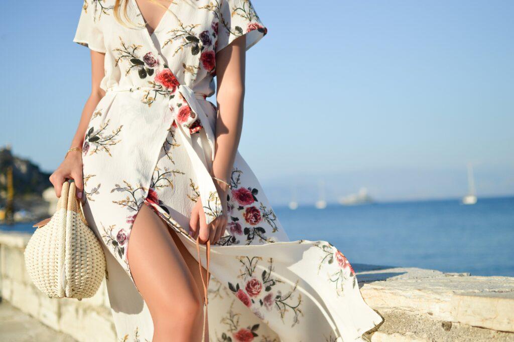 Blomming klänning som framhäver midjan