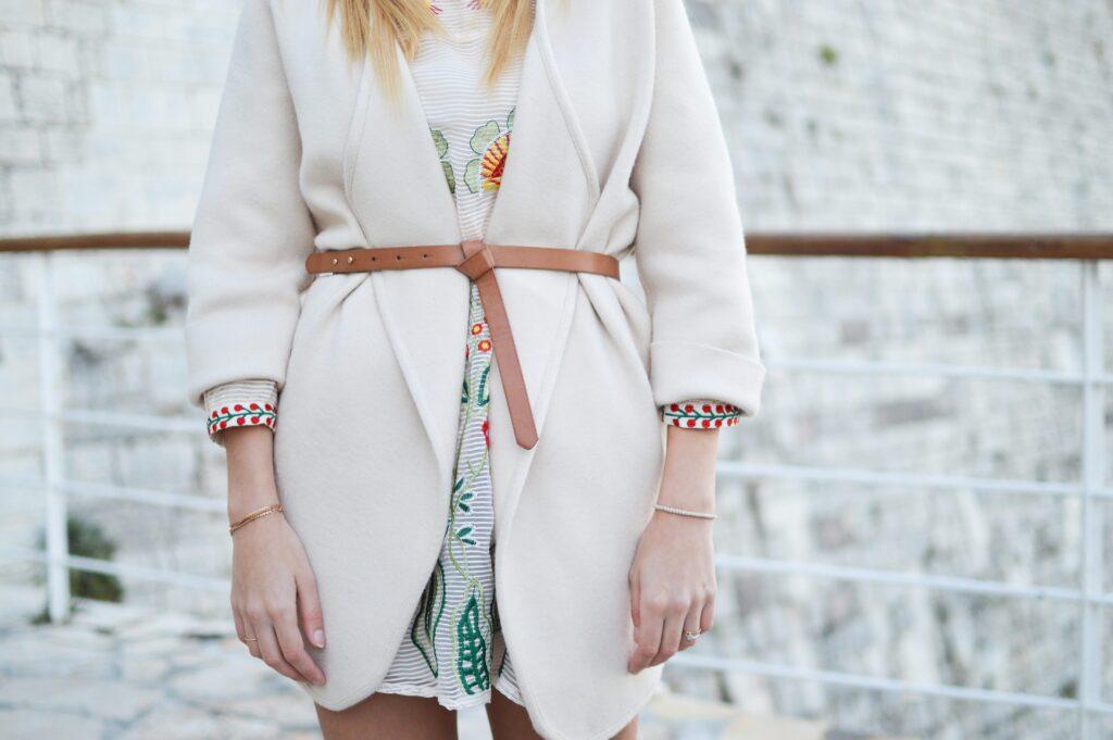 Brunt bälte på vit kavaj för kvinnor, över blomming klänning