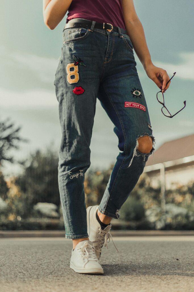 Jeans med broderade märken