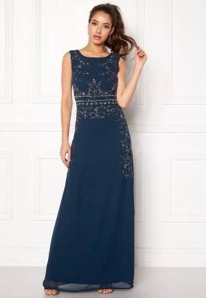 Lång klänning med dragkedja med dragkedja. Klänningen är blå och elegant.