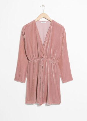 Kort v-ringad klänning med långa ärmar. Klänningen är pink och cool.