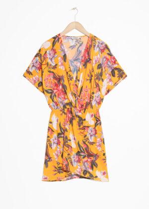 Smickrande gul kort klänning.