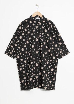 Sexig svart loose-fit-klänning med knappar.