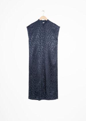Söt blå leopardklänning med knappar.