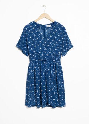 Fin blå kortärmad klänning.