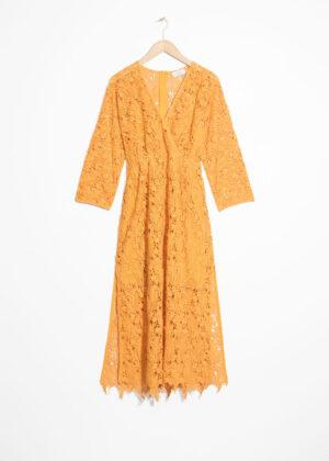 Knälång omlottklänning med dragkedja. Klänningen är gul och läcker.
