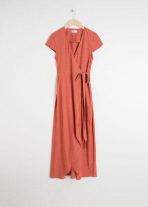 Fantastisk orange omlottklänning med korta ärmar.