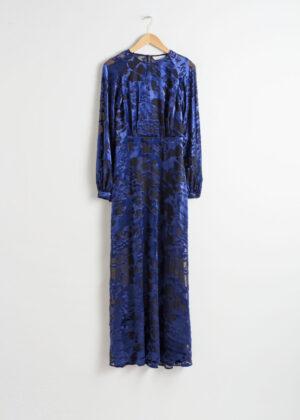 Fin blå klänning med knappar i sammet.