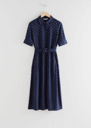 Snygg blå kortärmad klänning med korta ärmar.