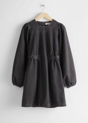 Kort miniklänning med dragkedja. Klänningen är svart och fin.