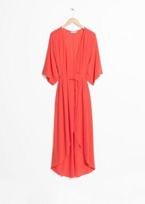 Knälång omlottklänning med korta ärmar. Klänningen är orange och läcker.