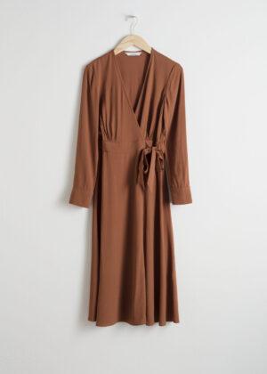 Midiklänning med långa ärmar.