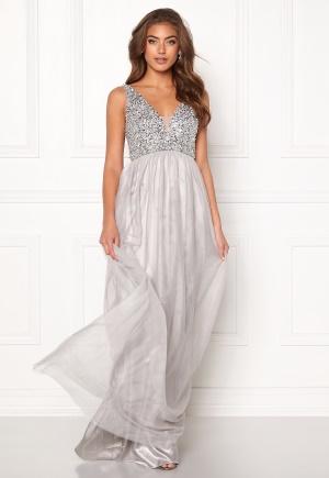 Lång långklänning med dragkedja. Klänningen är grå och häpnandsväckande.