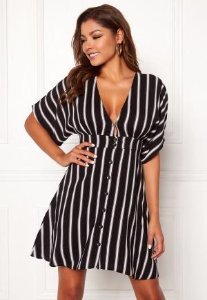 Prisvärd och snygg urringad klänning från Chiara Forthi med knappar.