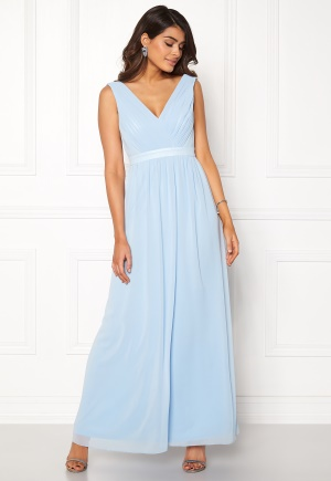 Lång långklänning med v-ringning. Klänningen är blå och fabulös.