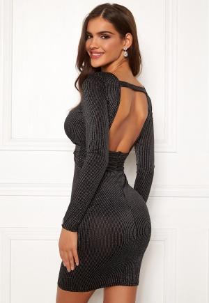 Modemedveten svart urringad klänning från Chiara Forthi med dragkedja.