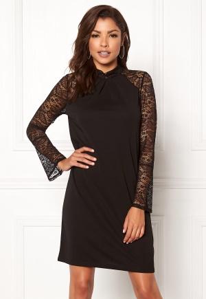 Prisvärd svart klänning med knappar i spets från Chiara Forthi med knappar.