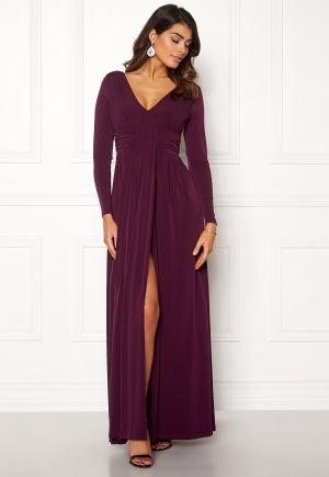Lång trikåklänning med urringning. Klänningen är lila och fin.