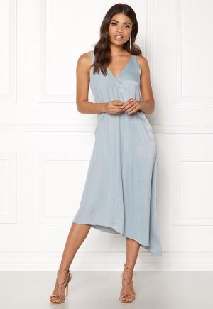 Smickrande blå klänning med dragkedja från DAGMAR med v-ringning.