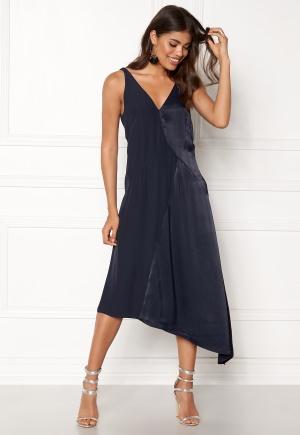 Cool blå v-ringad klänning från DAGMAR med v-ringning.