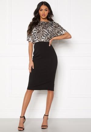 Knälång midiklänning med dragkedja. Klänningen är elegant.