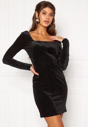 Kort klänning med dragkedja med långa ärmar. Klänningen är svart och söt.