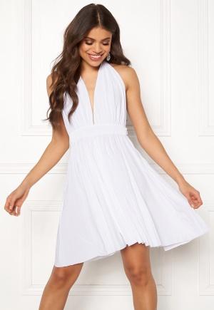 Häpnandsväckande vit v-ringad klänning i stretch.