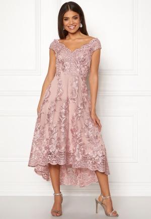 Moderiktig rosa spetsklänning i spets.