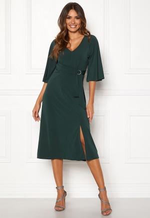 Modemedveten grön trikåklänning från Happy Holly med v-ringning.