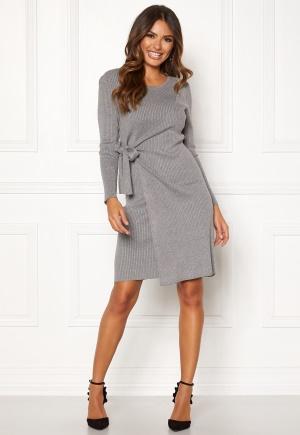 Knälång figurnära klänning. Klänningen är grå och förtrollande söt.