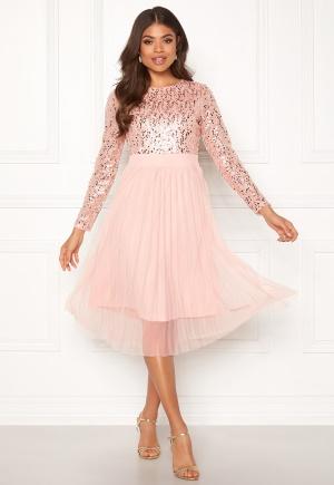 Läcker rosa plisserad klänning från Happy Holly med plisserad kjol.