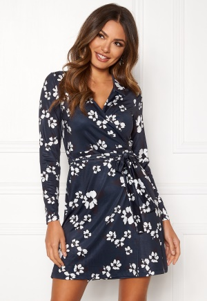 patterned miniklänning med v-ringning från Happy Holly.