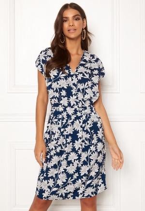 Knälång midiklänning med v-ringning. Klänningen är blå och snygg.
