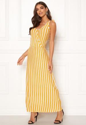 Prisvärd gul stretchig klänning i stretch från ICHI med axelband.