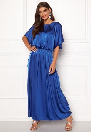 Lång v-ringad klänning med v-ringning. Klänningen är blå och smickrande.