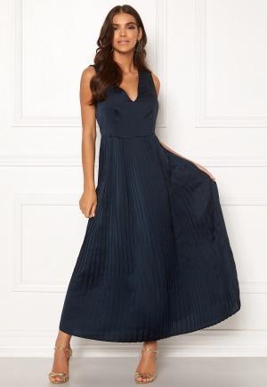 Lång v-ringad klänning med v-ringning. Klänningen är blå och fin.