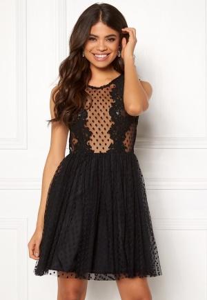 Kort spetsklänning med dragkedja. Klänningen är svart och söt.