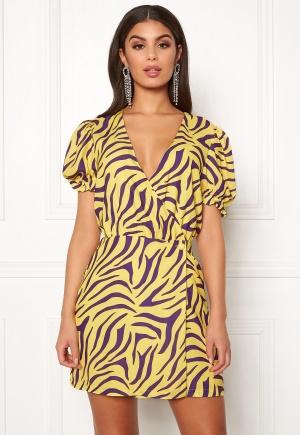 Tidlös gul kort klänning från Ivyrevel med v-ringning.