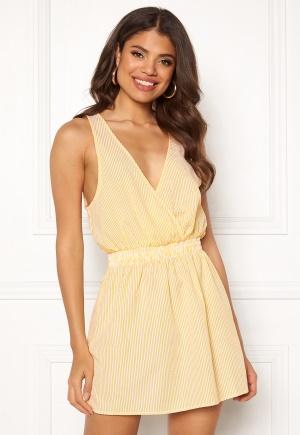 Yellow stripe kort klänning med v-ringning från Ivyrevel.