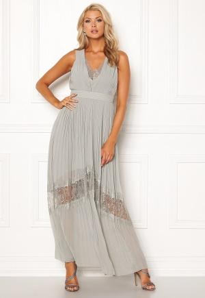 Fantastisk grå långklänning från Little Mistress med plisserad kjol.