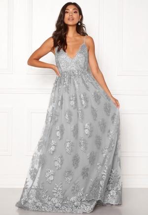 Sexig grå spetsklänning från Moments New York med axelband.