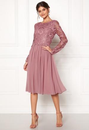 Läcker lila spetsklänning från Moments New York med dragkedja.