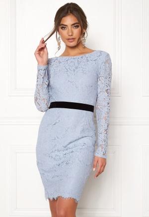 Modemedveten blå spetsklänning från Moments New York med långa ärmar.