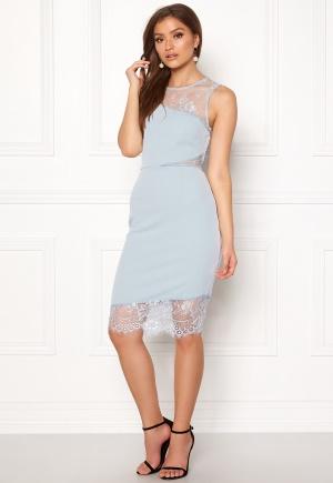 Prisvärd och elegant figurnära klänning i spets.
