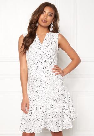 Moderiktig vit klänning med knappar från OBJECT med v-ringning.