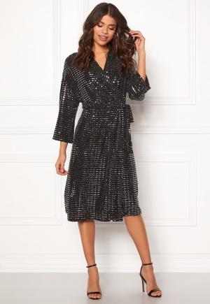 Knälång omlottklänning. Klänningen är svart och smickrande.