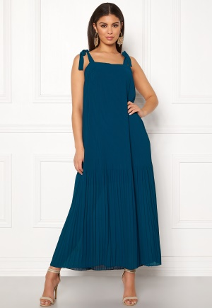 Tidlös blå klänning med axelband.